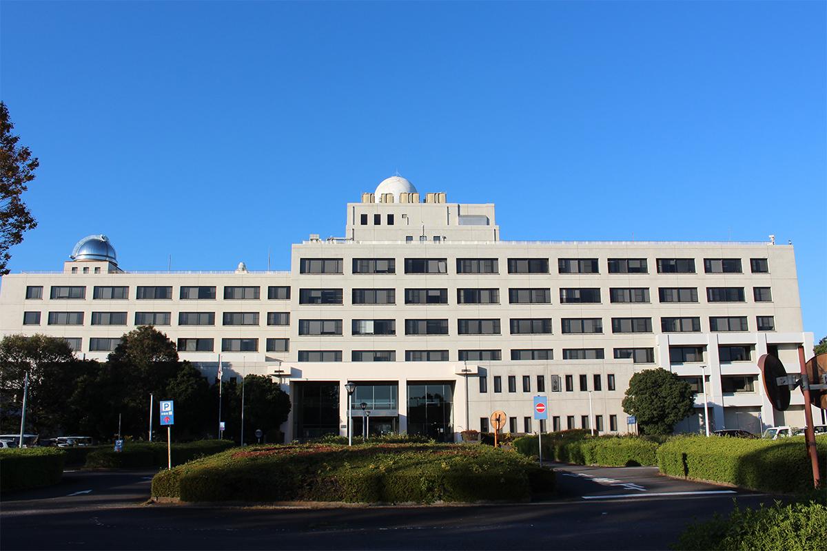 気象研究所の一番大きな建物です。ここで100人以上の研究者が天気、地震などについて研究しています。