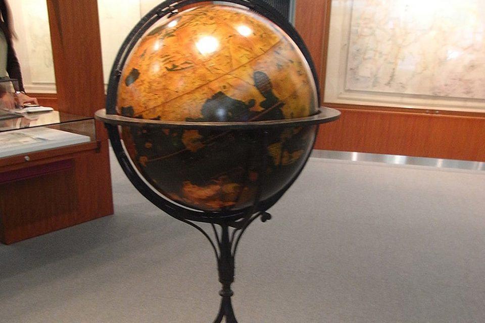 現存する最古の地球儀 マルチン・ベハイムの地球儀(1492年)のレプリカを展示しています。日本はどんな形をしているか見ることができます。
