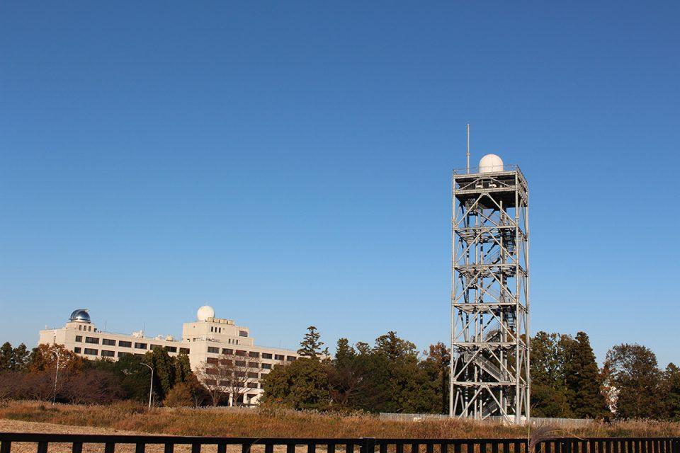 気象研究所で雨雲の高速スキャン技術を研究するために用いている最新鋭のレーダーです。
