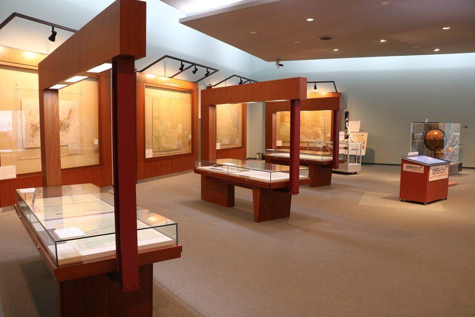 日本海山潮陸図(1691年)、大日本沿海輿地全図「関東」(伊能図中図(1821年))、改正日本輿地路程全図(1840年)など貴重な古地図を見ることができます。