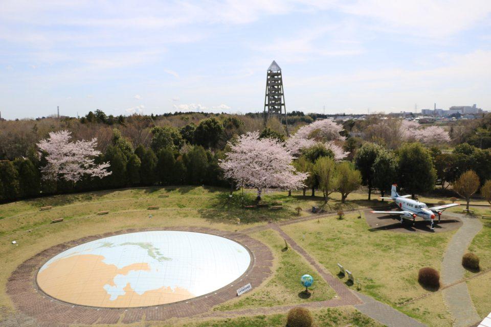 地球ひろばには、日本列島の航空写真を撮っていた測量用航空機「くにかぜ1号機」や地球の丸さが実感できる直径約22mの「日本列島球体模型」があります。